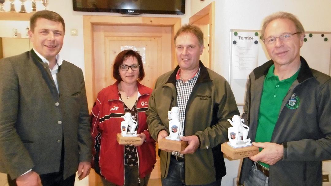Gewinner der Gemeindepokale von links: Bürgermeister Bernd Ruth, Inge Mittermeier, Michael Huber jun., Kurt Niedermaier