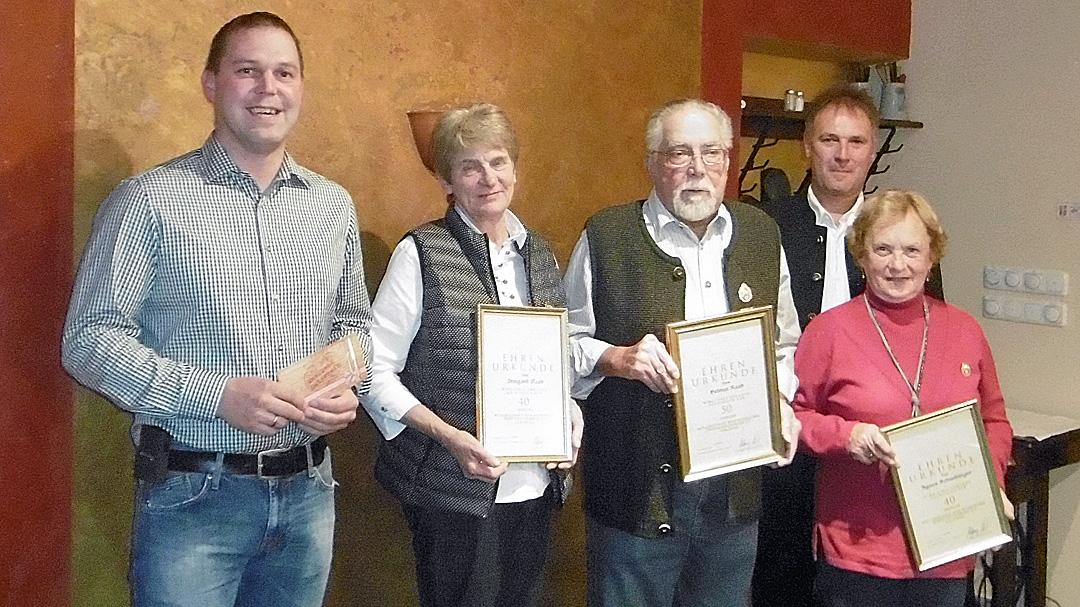 von links nach rechts: Alfred Fiedler, Irmgard Raab, Helmut Raab, Agnes Schnebinger, 1.Schützenmeister Michael Huber jun.