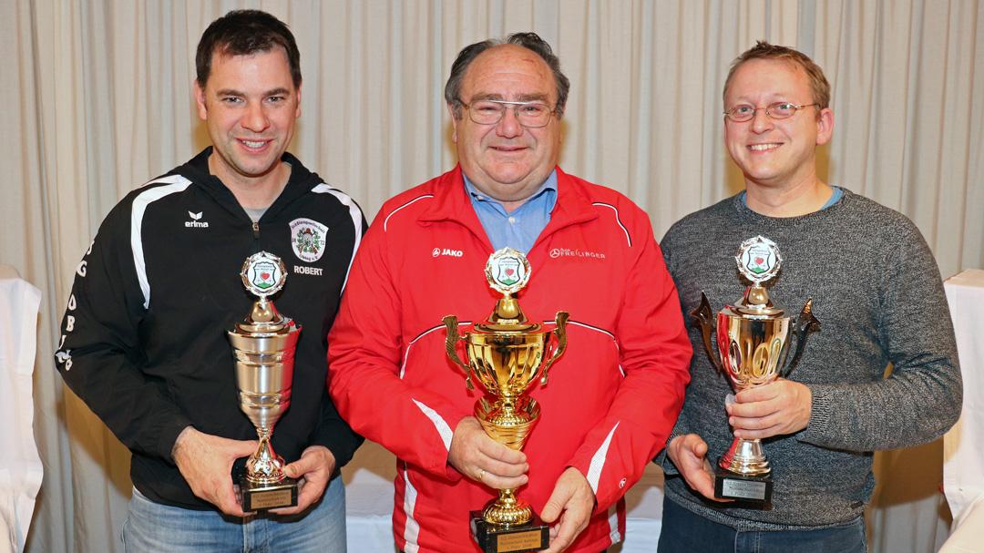 Zwei der drei Mannschaftstitel beim Gauschießen gingen an die SG Obing: Robert Ober (li) und Leo Brandl (re) nahmen die Siegerpokale für ihre erfolgreichen Teams mit Luftgewehr und Luftpistole entgegen. Hans Schwankner von der ZSG Altenmarkt bekam den Pokal für sein Team, das bei den Auflageschützen den ersten Platz belegte.